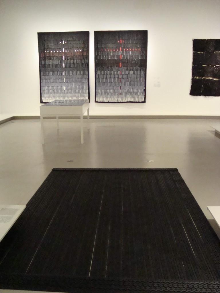 Opera di Ding Yi, tappeto di copertoni