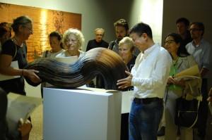I curatori Maria Yvonne Pugliese e Peng Feng dimostrano come si modifica il tronco di carta opera di Li Hongbo